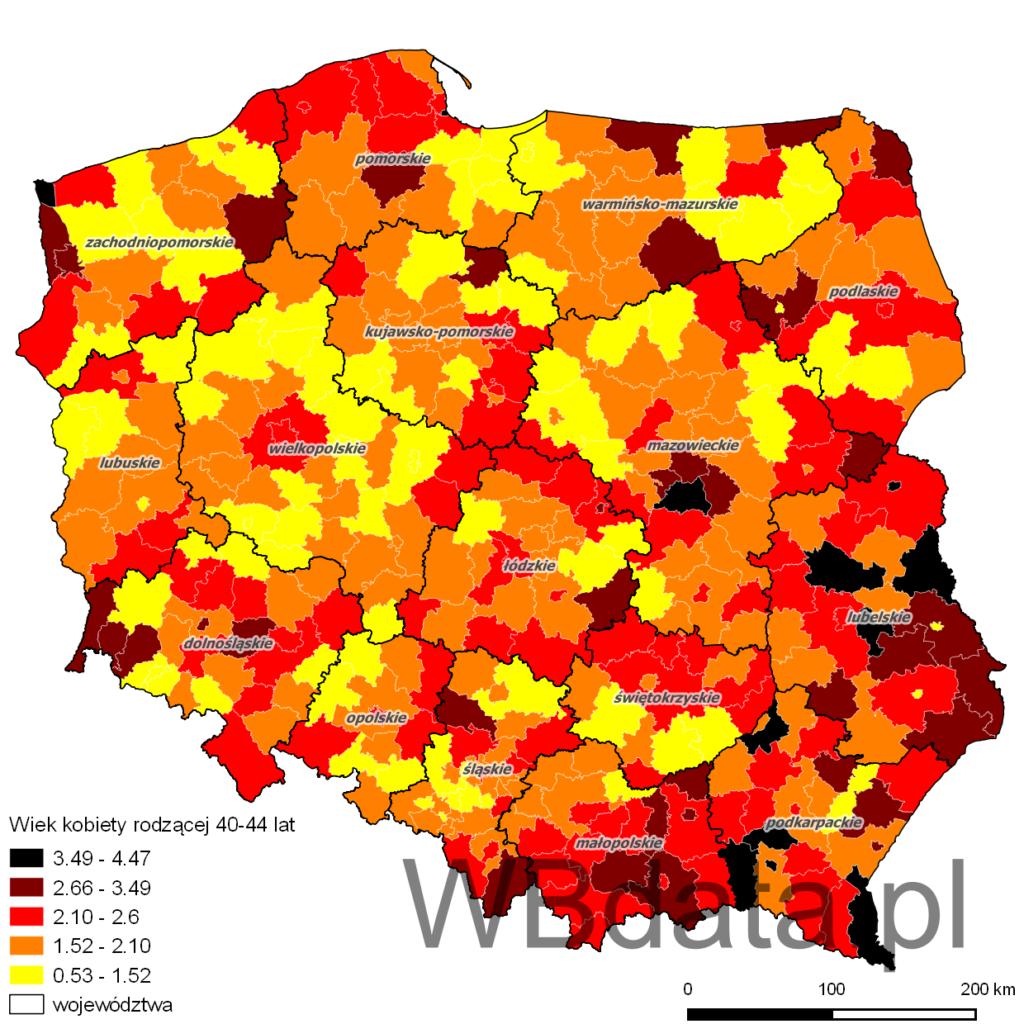 Mapa przedstawia jaki procent matek rodzących stanowiły kobiety w wieku 40-44 lat w powiatach w roku 2013.