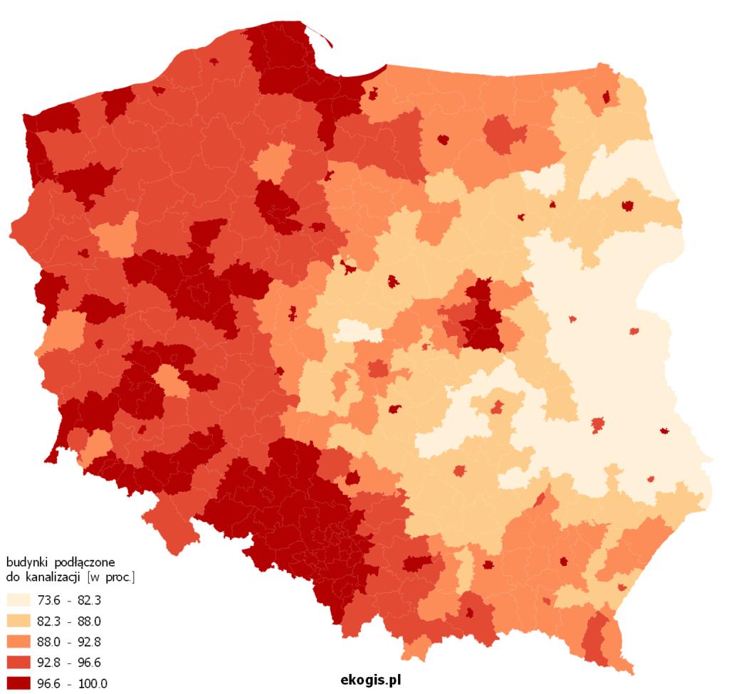 Mapa przedstawia procent budynków podłączonych do kanalizacji w powiatach