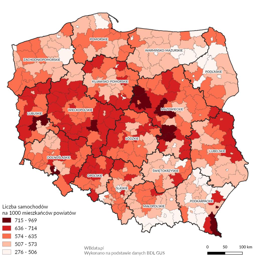 Mapa przedstawia liczbę samochodów osobowych na 1000 mieszkańców powiatów w 2017 roku